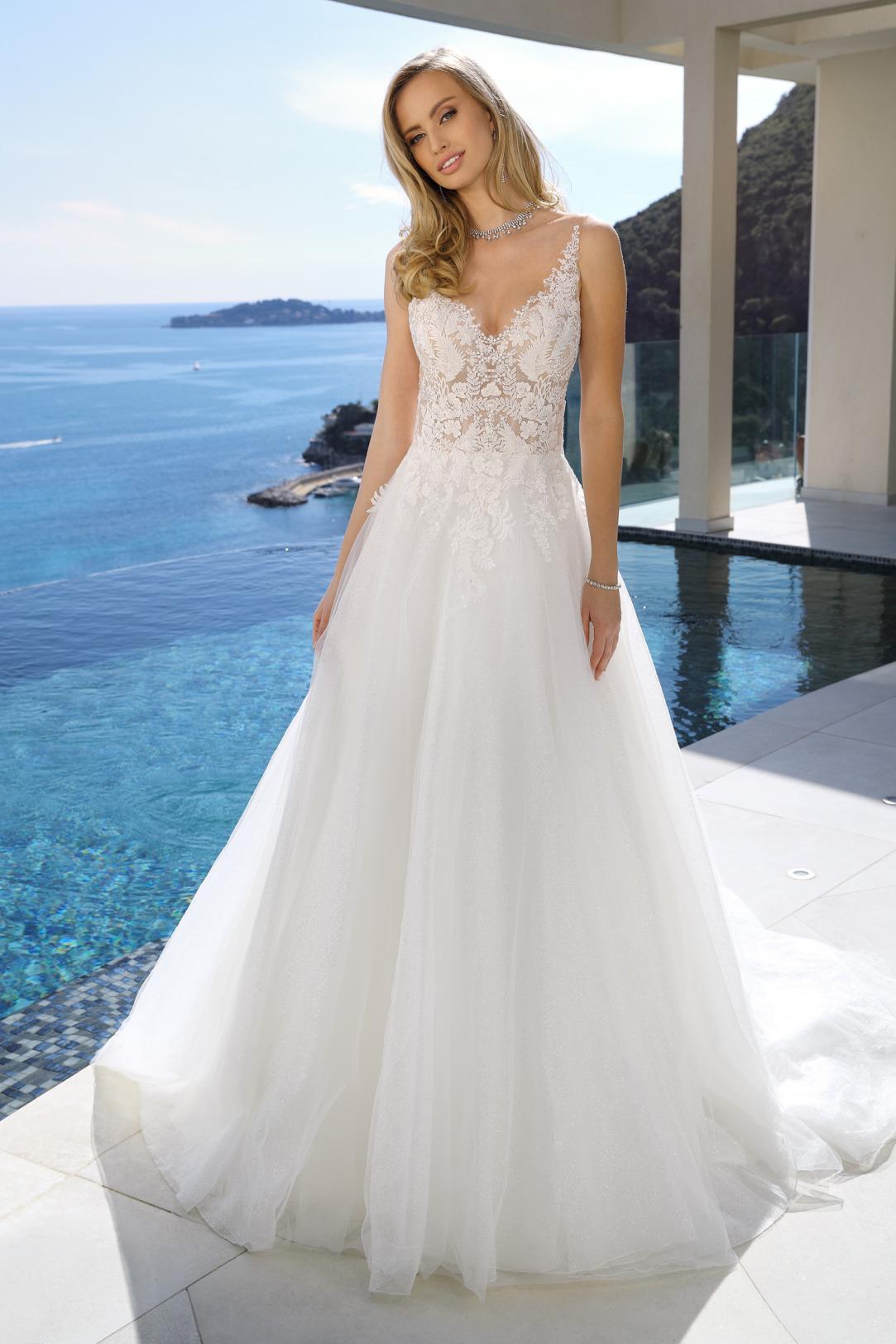 Brautkleid in A-Linie mit V Ausschnitt - Hochzeitskleid von Ladybird Modell 321045. Traumhafte Spitze, vorwiegend im Oberteil