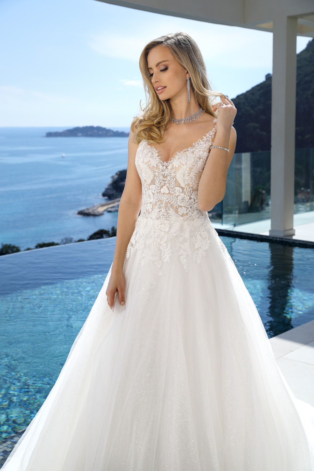 Nahaufnahme vorne. Brautkleid in A-Linie von Ladybird Modell 321045. Wunderschöne Spitze, vorwiegend im Oberteil. Das Hochzeitskleid hat einen schönen V-Ausschnitt.