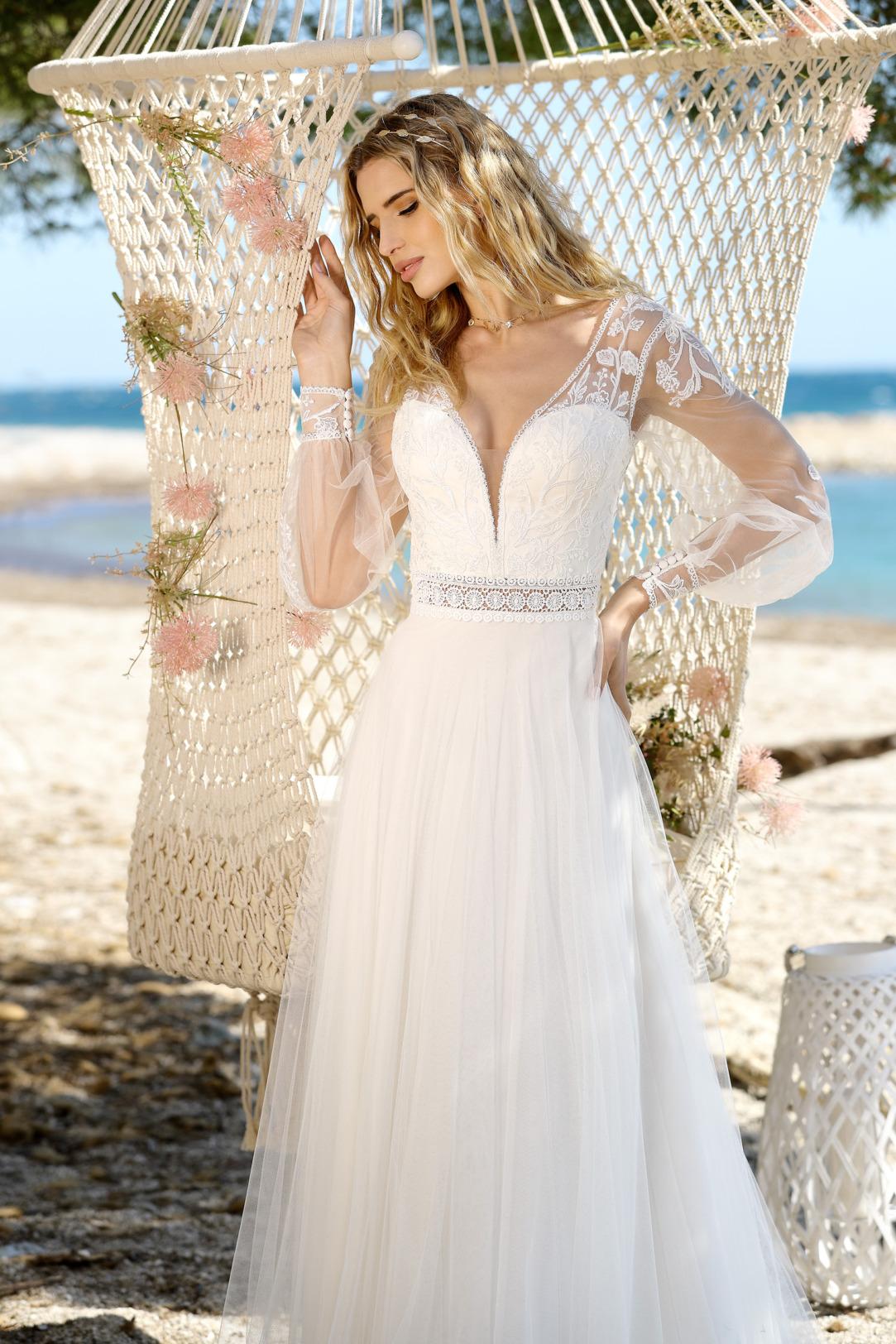 Brautkleid Hochzeitskleid im Vintage Boho Stil von Ladybird Modell 321052 mit V Ausschnitt und  langen transparenten Ärmeln mit dezenter Spitze transparenter Taillengürtel und Rock aus superleichtem Tüll