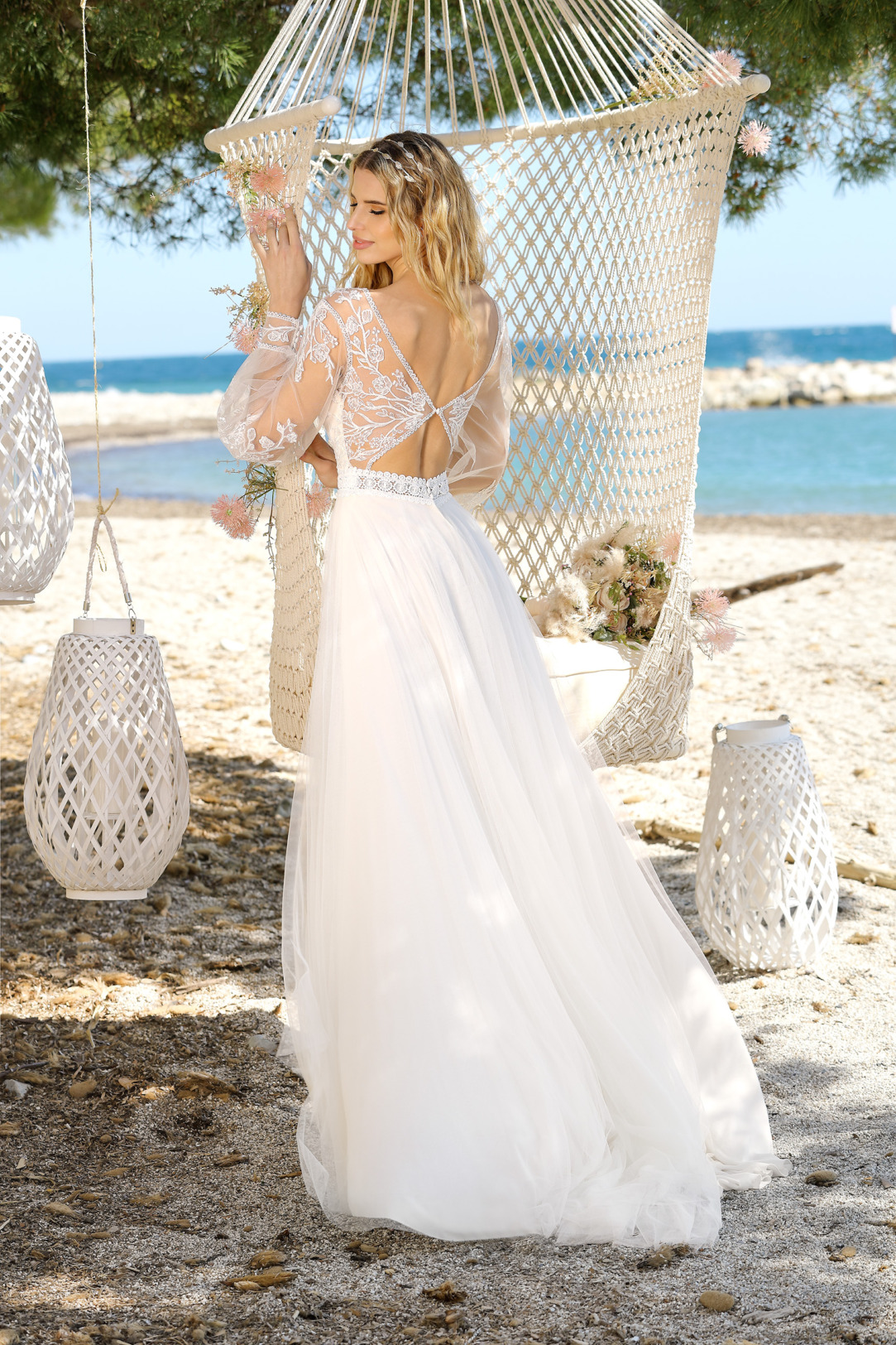 Brautkleid Hochzeitskleid im Vintage Boho Stil von Ladybird Modell 321052 mit V Ausschnitt und  langen transparenten Ärmeln mit dezenter Spitze aufwendiger Rückenausschnitt mit Perlen besetzt