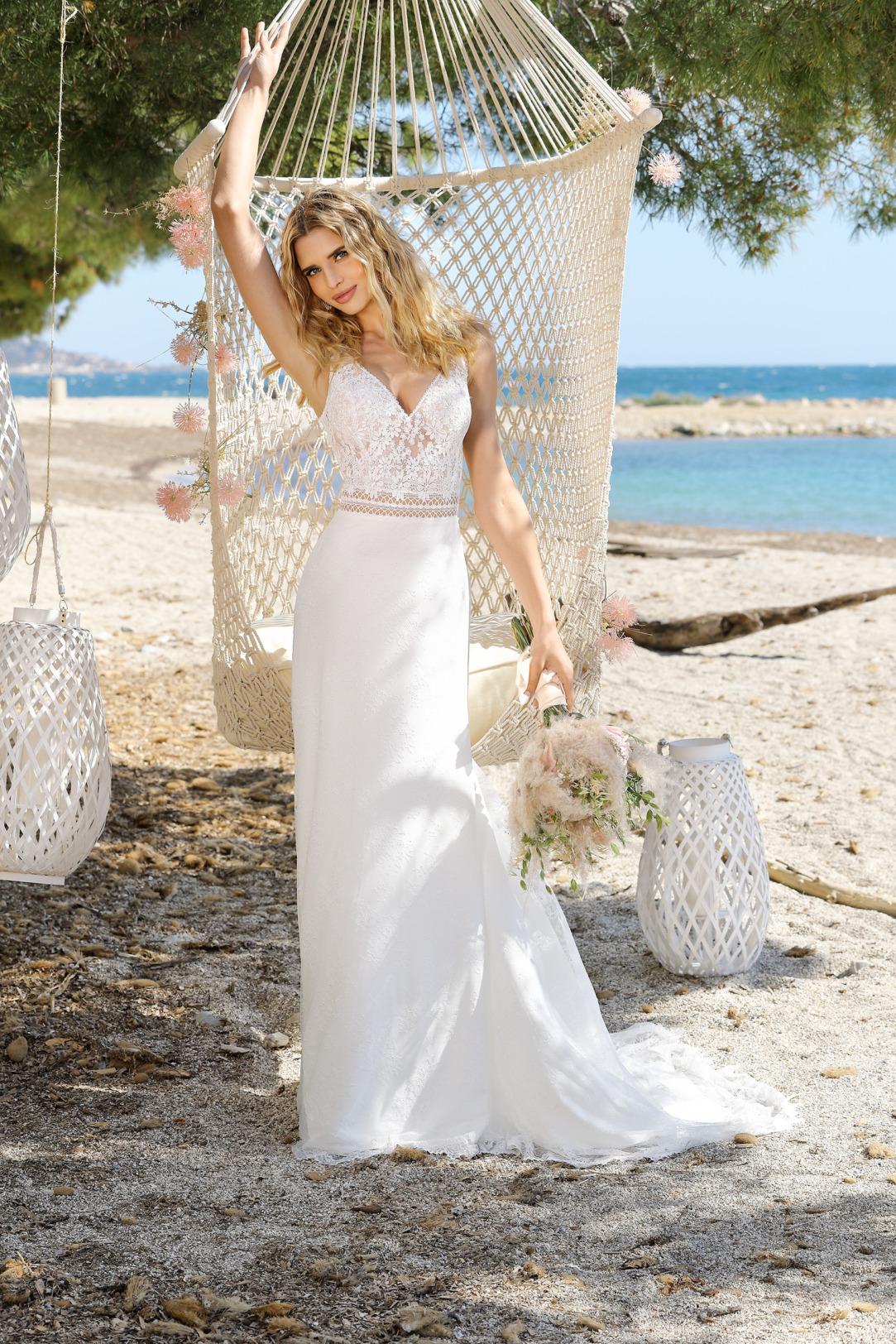 Brautkleid im Vintage Boho Stil in Empire Form. Ladybird Modell 321083. Empire Brautkleid mit feinem V- Ausschnitt und schmalen Trägern und einem etwas schmaleren Rock aus leichtem Chiffon. Das Material ist  feinste Spitze.