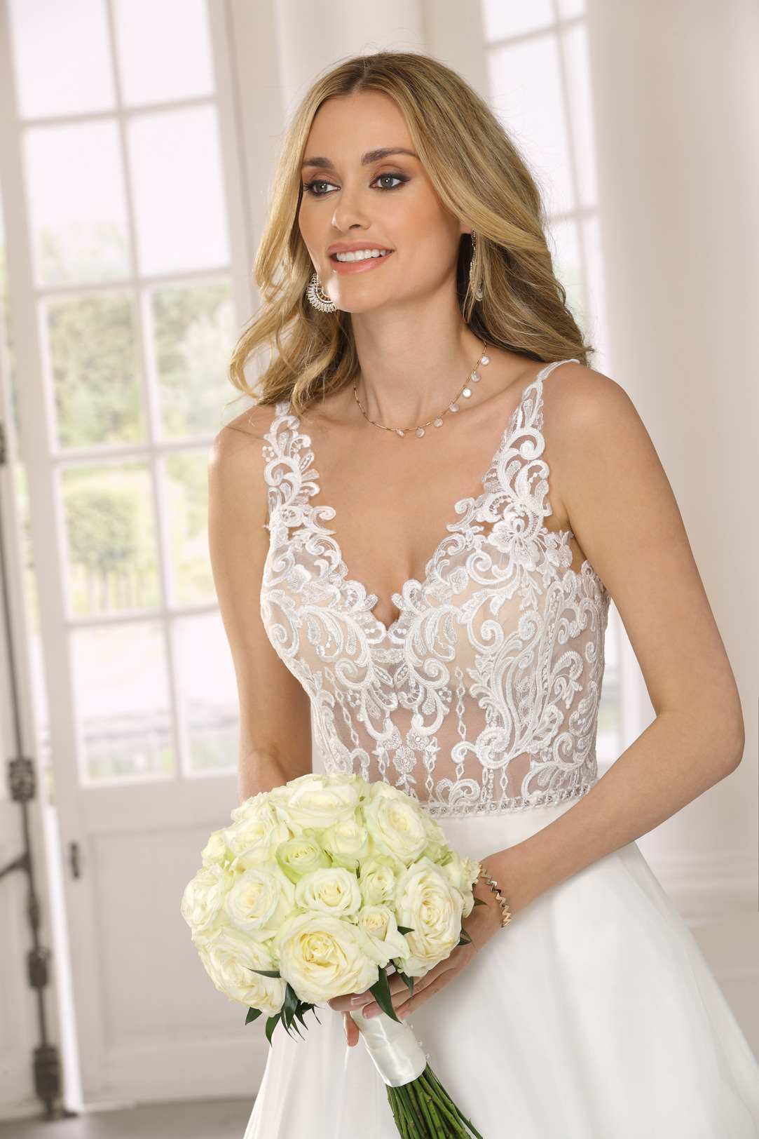 Nahaufnahme Hochzeitskleid in A Linie von Ladybird Modell 321092 mit transparenter Spitze nur im Oberteil. Brautkleid in A-Linie mit V- Ausschnitt und weitem Satinrock