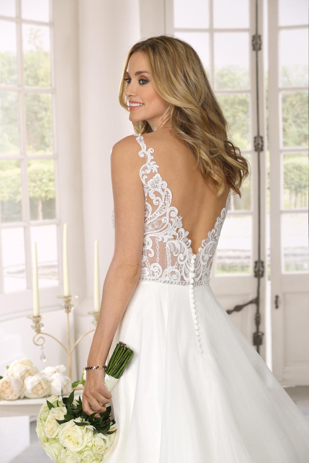 Nahaufnahme Rücken Hochzeitskleid in A Linie von Ladybird Modell 321092 mit transparenter Spitze nur im Oberteil. Brautkleid in A-Linie mit V- Ausschnitt und weitem Satinrock