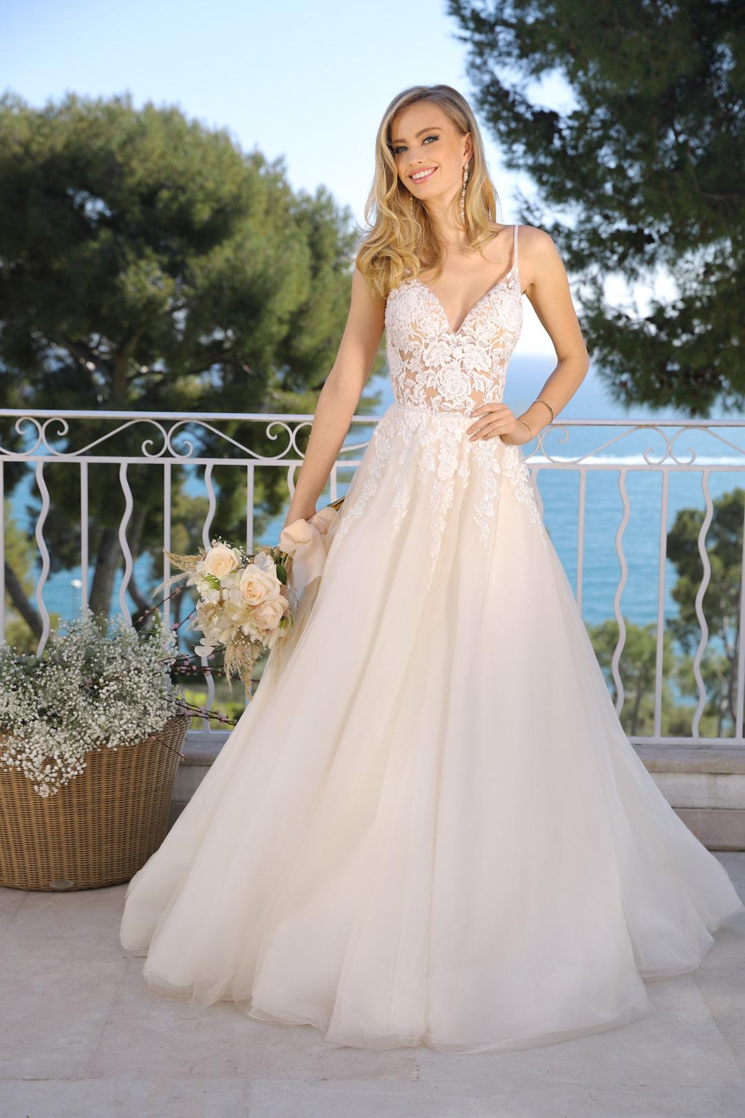 Brautkleid in A-Linie mit V-Ausschnitt in Kleid in der Farbe light pink rose. Hochzeitskleid in A Linie von Ladybird Modell 421011. Hochzeitskleid mit V-Ausschnitt und schmalen Trägern, transparente Spitzte in light pink rose