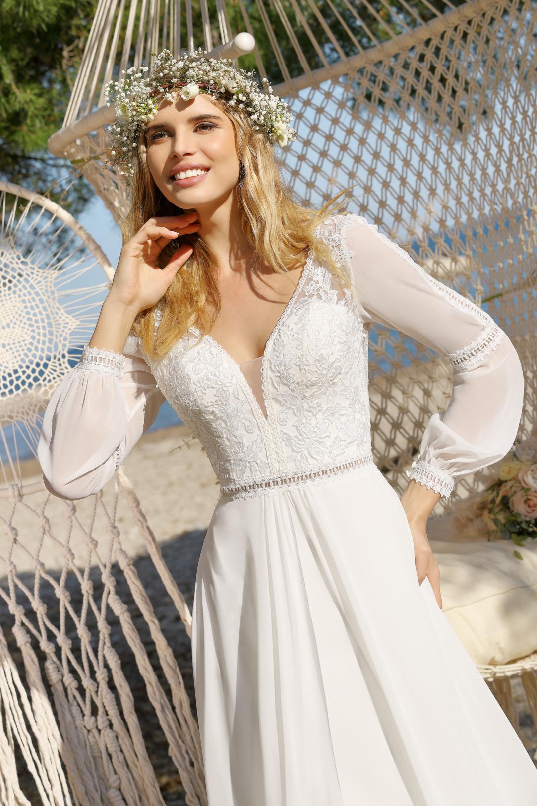 Brautkleid Hochzeitskleid im Vintage Boho Stil von Ladybird Modell 421012 mit langen Ärmeln und dezenter Spitze und V Ausschnitt Nahaufnahme