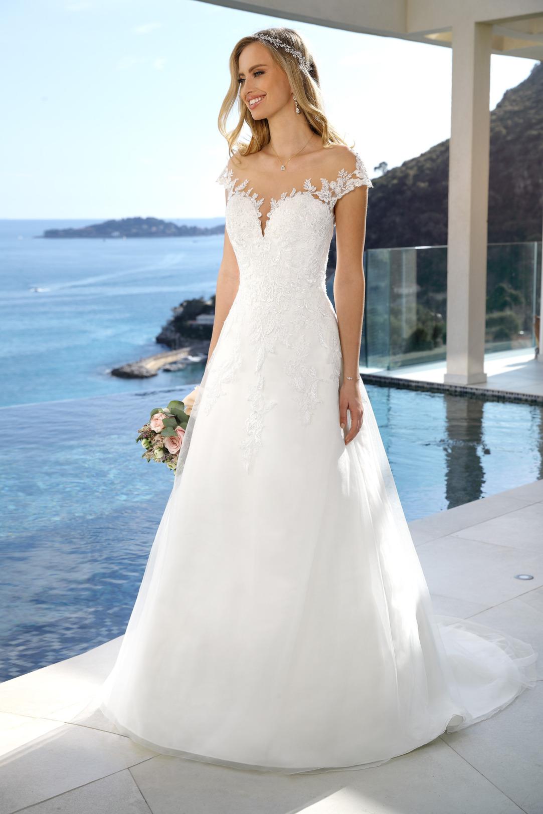 Brautkleid Hochzeitskleid in klassischer A Linie von Ladybird Modell 421014 mit Spitze besetzter Carmen Ausschnitt