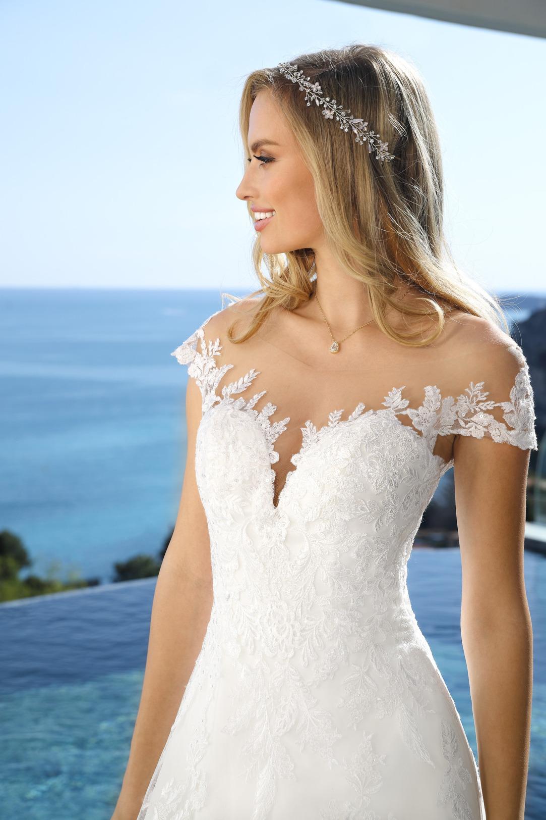 Brautkleid Hochzeitskleid in klassischer A Linie von Ladybird Modell 421014 mit Spitze besetzter Carmen Ausschnitt  Nahaufnahme vorne
