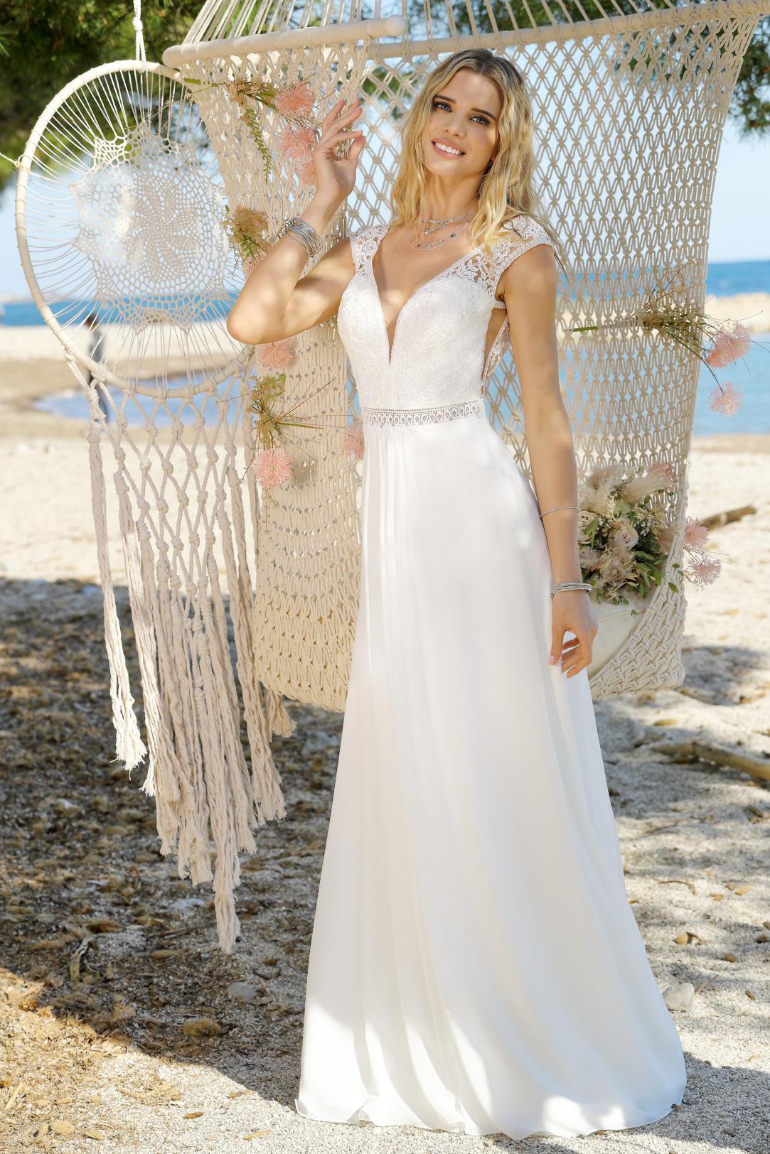 Brautkleider Hochzeitskleider im Vintage Boho Stil von Ladybird Modell 421030 mit V Ausschnitt und feinster Spitze breite Träger seitlichen Cut outs