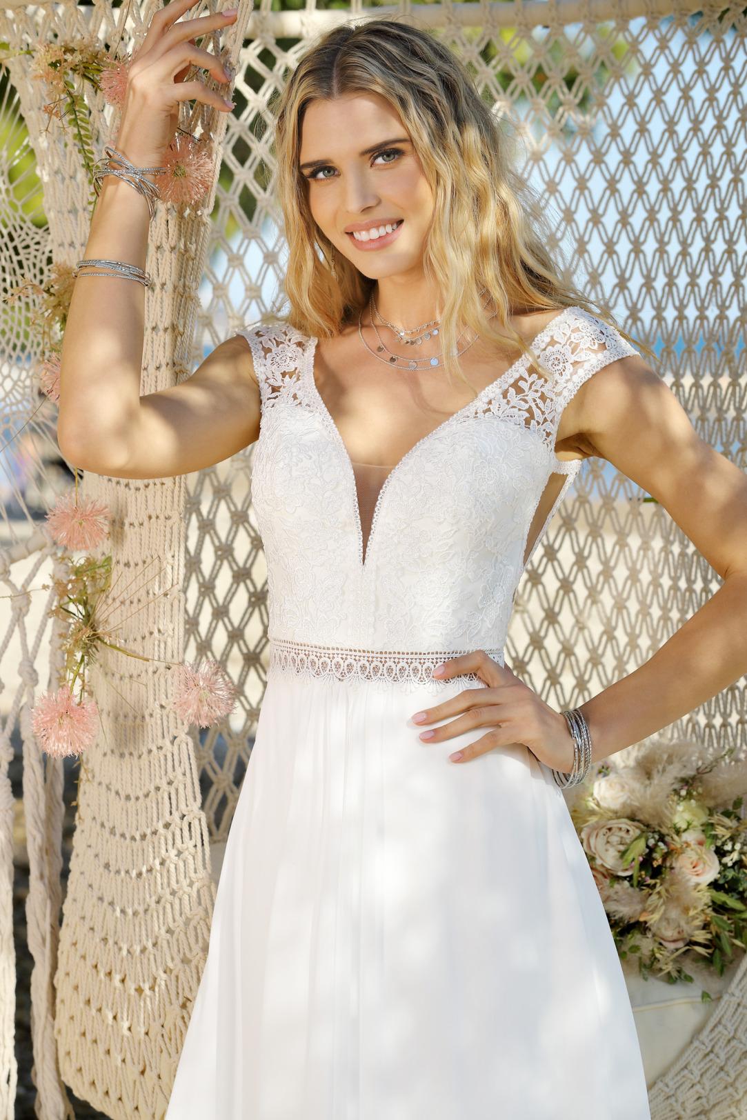 Brautkleider Hochzeitskleider im Vintage Boho Stil von Ladybird Modell 421030 mit V Ausschnitt und feinster Spitze breite Träger seitlichen Cut outs Detailansicht
