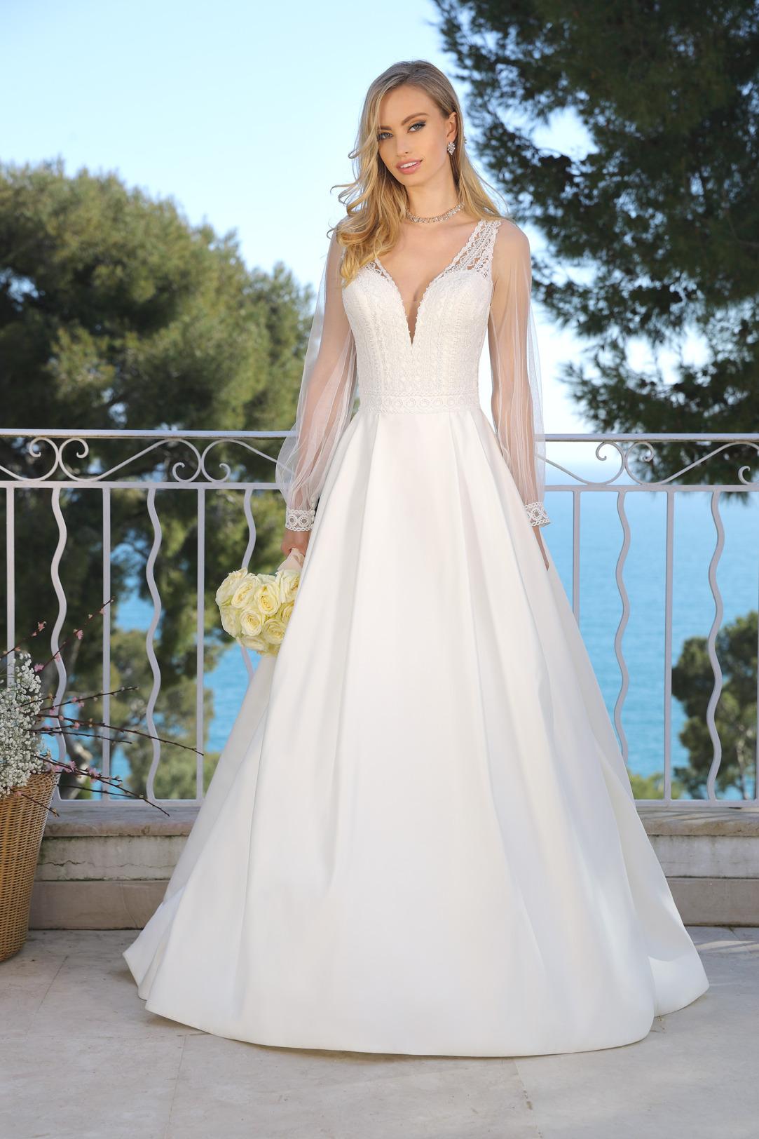 Hochzeitskleid in klassischer A Linie von Ladybird Modell 421043. Traumhaftes Brautkleid in A-Linie mit langem Arm und V- Ausschnitt mit feiner Spitze