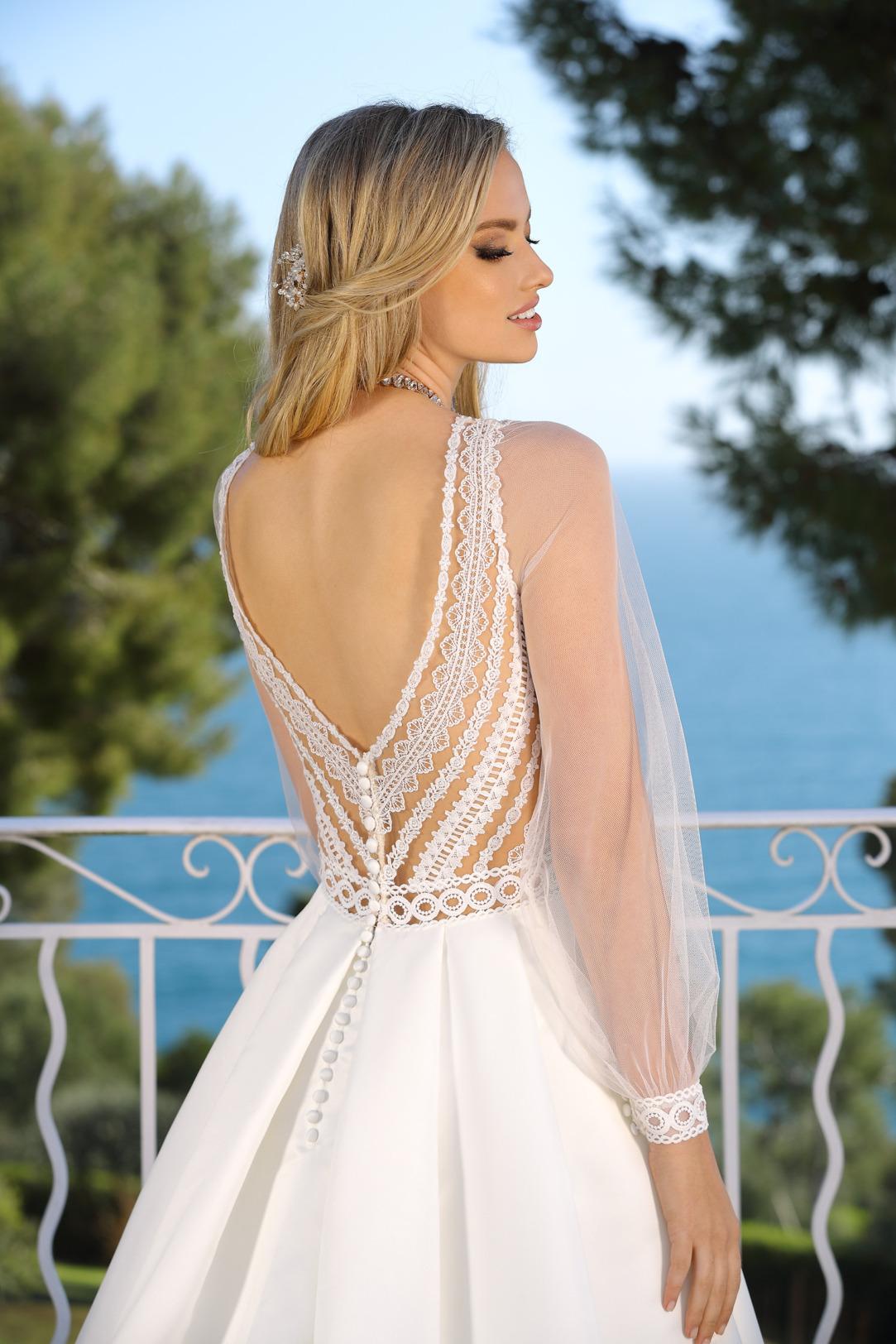 Brautkleid in A Linie mit  detailverliebtem Rückenausschnitt. Hochzeitskleid von Ladybird Modell 421043 mit langem Arm und V Ausschnitt aus feiner Spitze