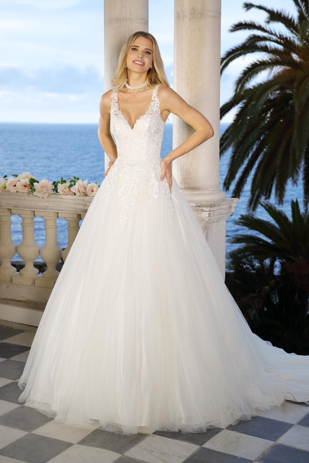 Brautkleid Hochzeitskleid im Prinzessinnen Stil von Ladybird Modell 421049 mit V Ausschnitt feinsten Spitzen Applikationen und weitem Tüllrock