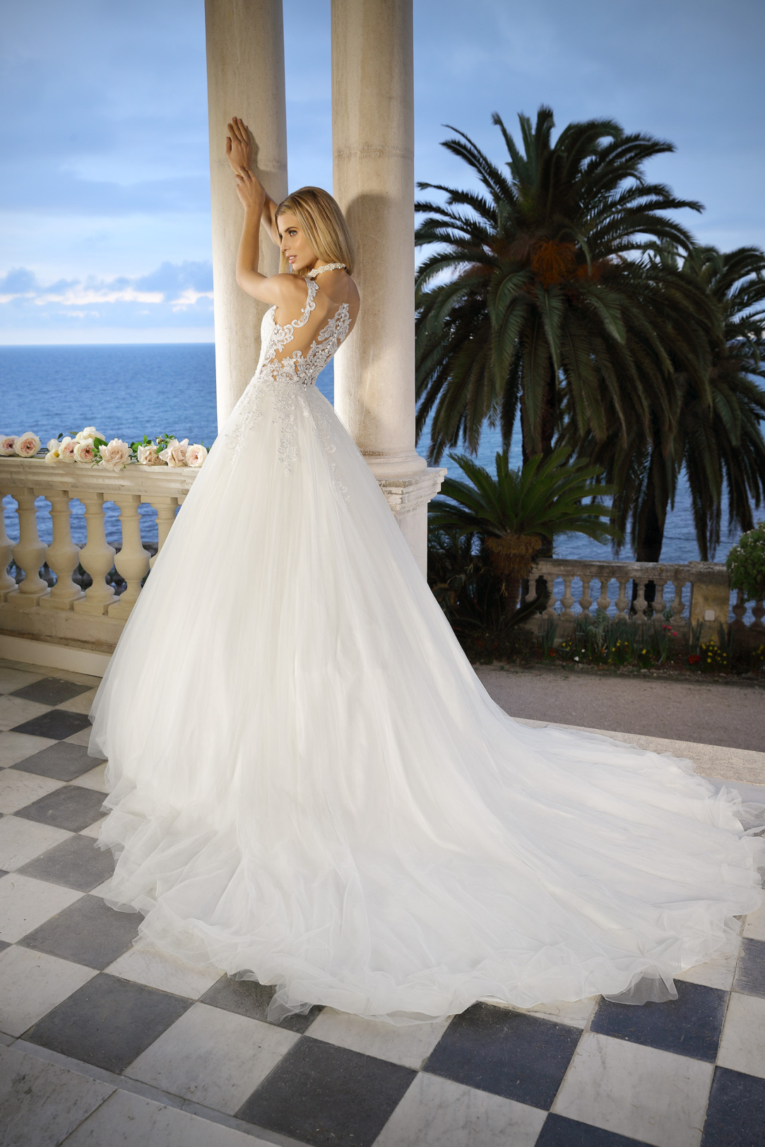Brautkleid Hochzeitskleid im Prinzessinnen Stil von Ladybird Modell 421049 mit V Ausschnitt feinsten Spitzen Applikationen und weitem Tüllrock und aufwendiger Tatoo Spitze am Rücken