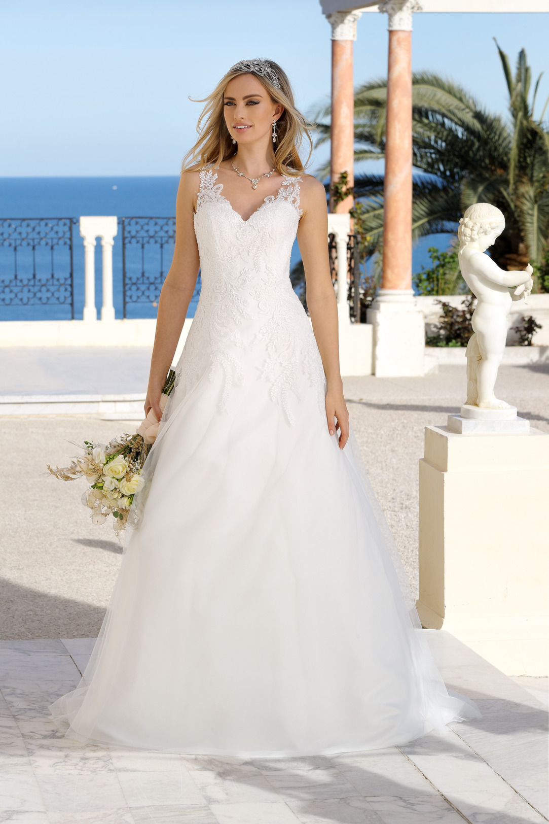 Hochzeitskleid in klassischer A Linie von Ladybird Modell 421053. Brautkleid in A-Linie mit V Ausschnitt und breiten Trägern mit feinsten Spitzen Applikationen