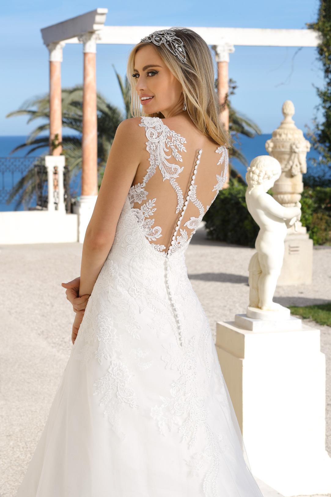 Brautkleid in A-Linie mit feinsten Spitzenapplikationen im Rückenbereich. Hochzeitskleid in klassischer A Linie von Ladybird Modell 421053. Brautkleid in A-Linie mit V Ausschnitt und breiten Trägern.