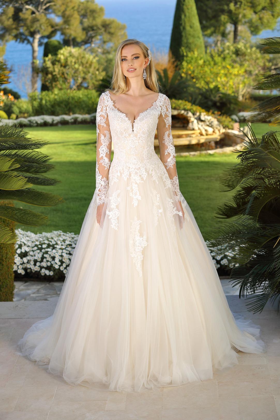 Brautkleid Hochzeitskleid im Prinzessinnen Stil von Ladybird Modell 421067 mit großem V Ausschnitt und langem Arm mit feinsten Spitzen Applikationen all over und weitem Tüll Rock