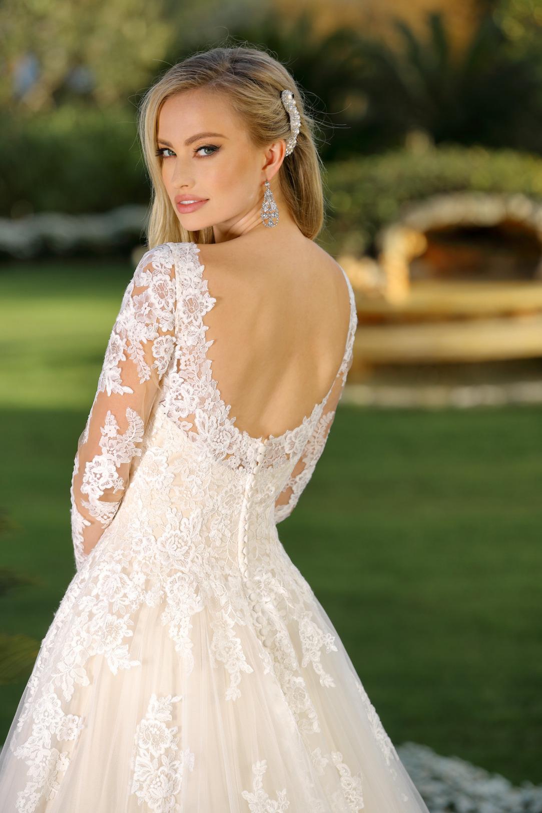 Brautkleid Hochzeitskleid im Prinzessinnen Stil von Ladybird Modell 421067 mit großem V Ausschnitt und langem Arm mit feinsten Spitzen Applikationen all over und weitem Tüll Rock Rückenansicht