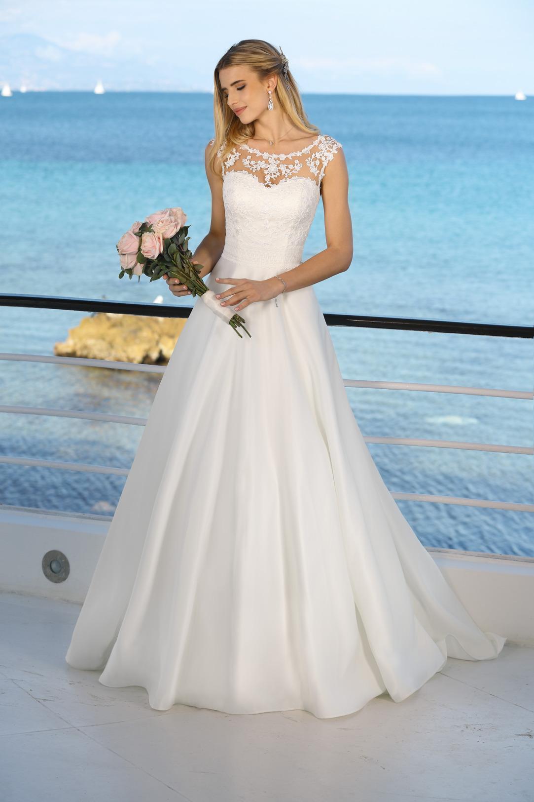 Brautkleid Hochzeitskleid in klassischer A Linie von Ladybird Modell 421080 mit dezenter Tattoo Spitze am Dekolltee in weitem Rock