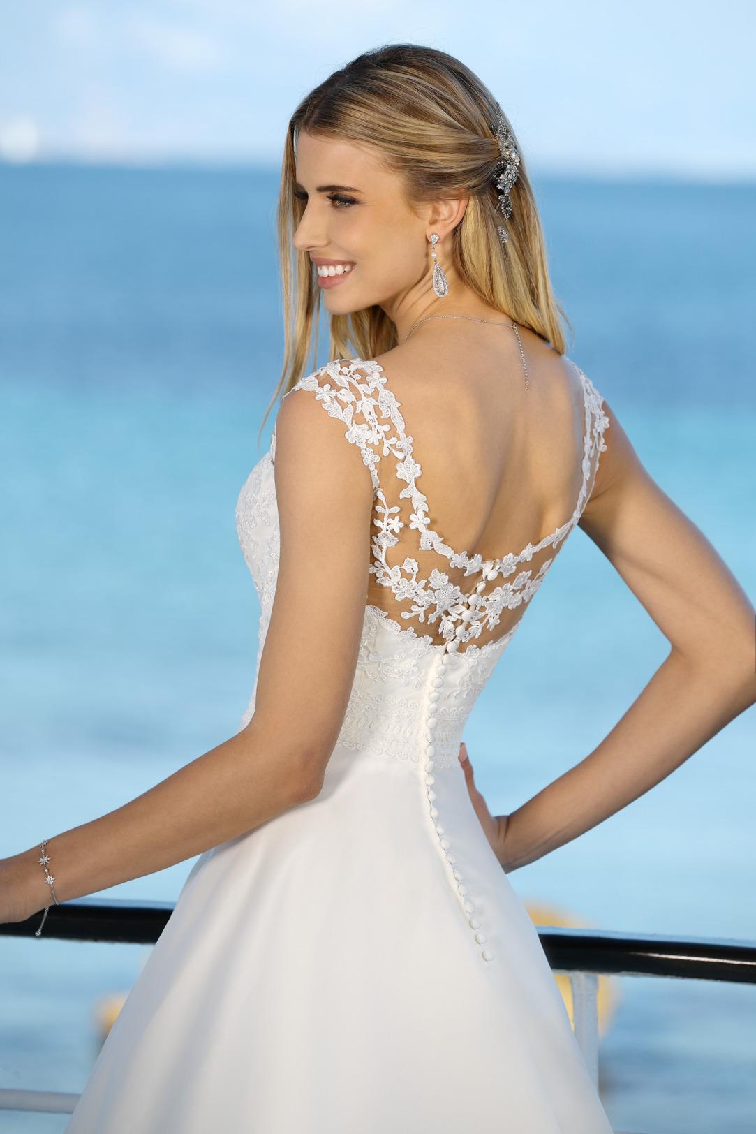 Brautkleid Hochzeitskleid in klassischer A Linie von Ladybird Modell 421080 mit dezenter Tattoo Spitze am Dekolltee und rundem Rückenausschnitt