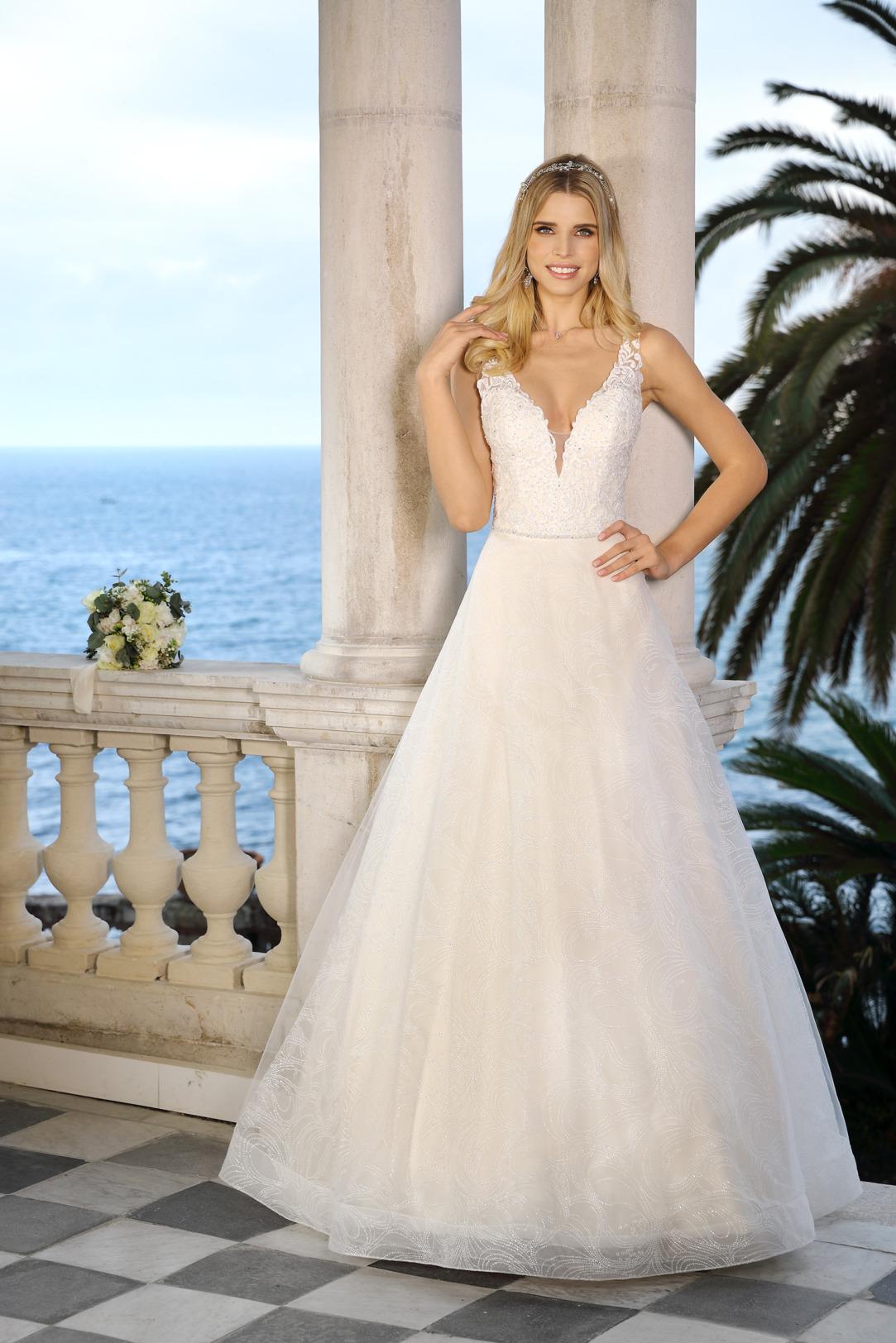 Hochzeitskleid in A-Linie von Ladybird - Modell 521081. Tiefer V-Ausschnitt und breite Träger und Oberteil aus feiner Spitze, mit leichtem Organza Rock