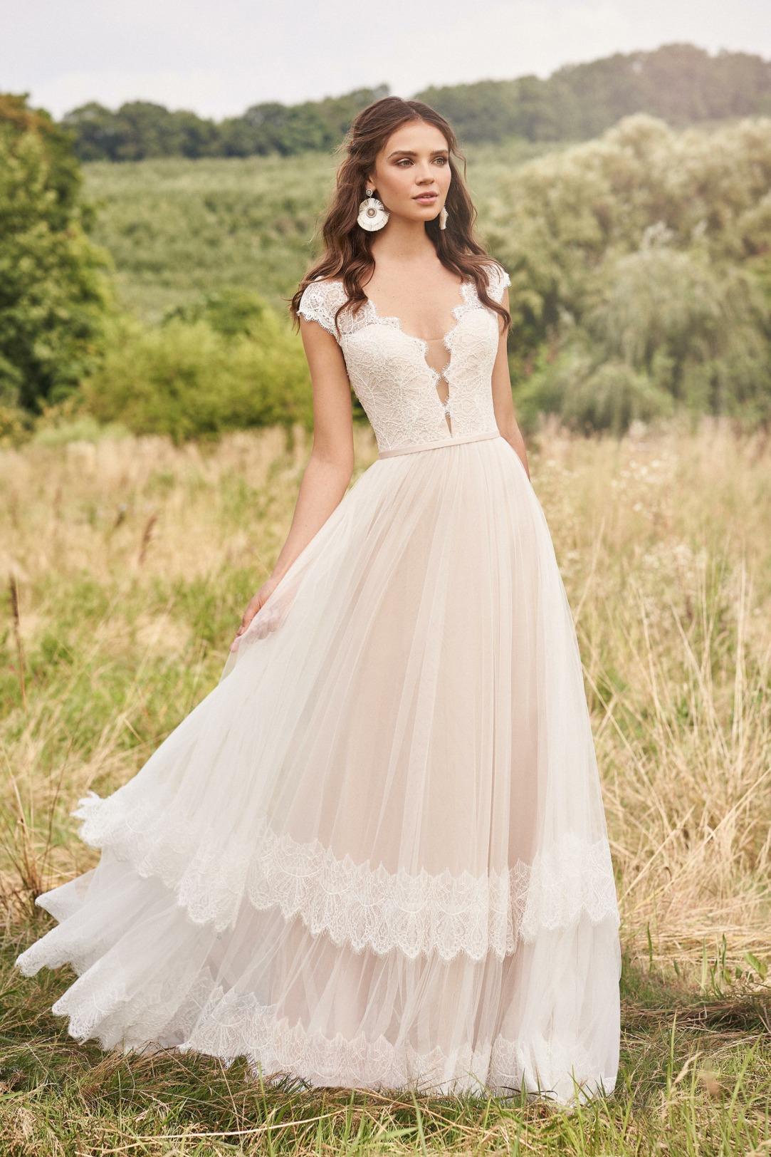 Brautkleider Hochzeitskleider von Lilian West by Justin Alexander Modell 66139 mit V Ausschnitt breiten Trägern und hoch geschlossenem Rücken edle Spitze im Oberteil und 2-stufigem Rock
