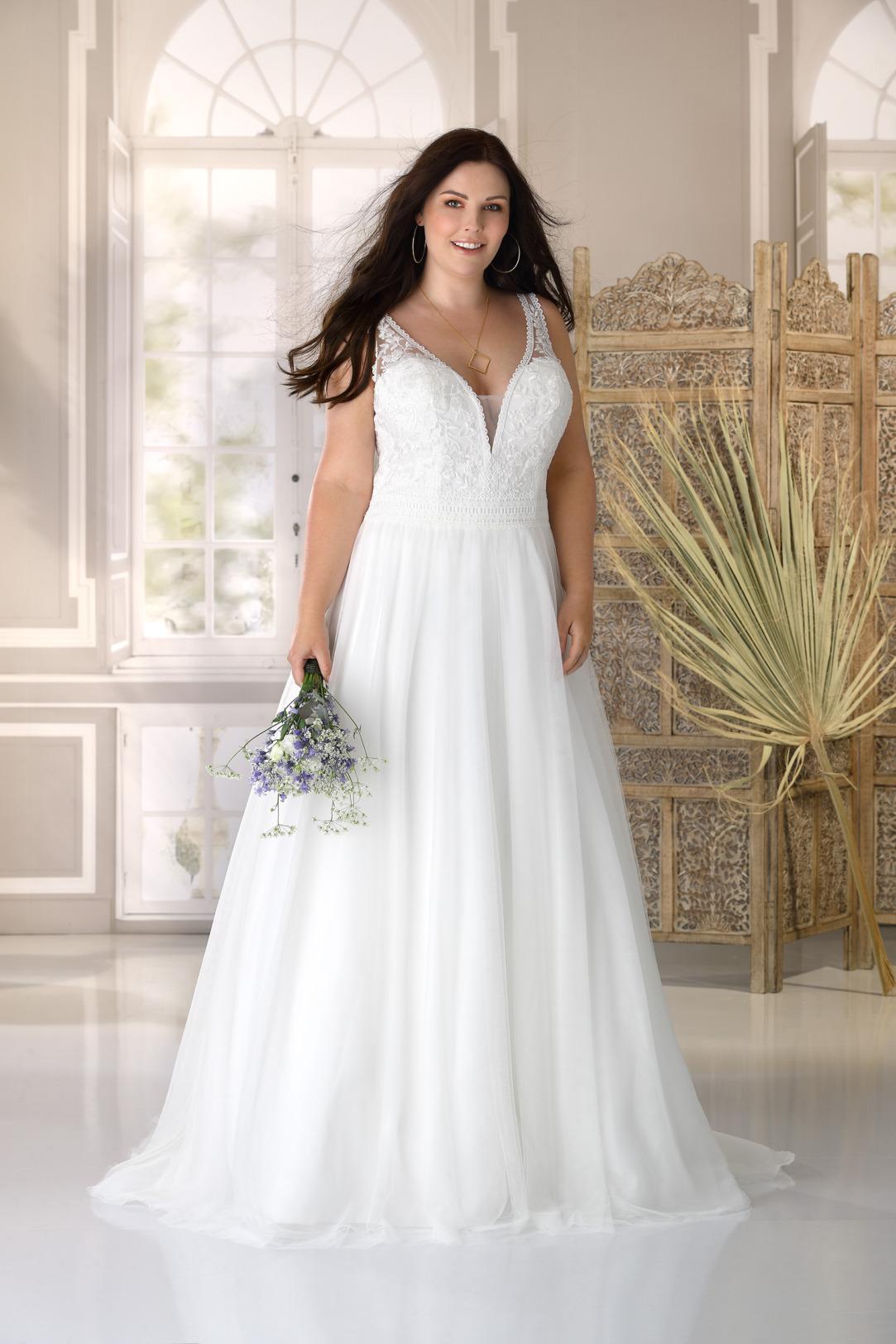 Brautkleid Hochzeitskleid A Linie für curvy grosse Grösse von Ladybird Modell LS221034 mit V Ausschnitt und breiten Trägern weich fließender Chiffonrock