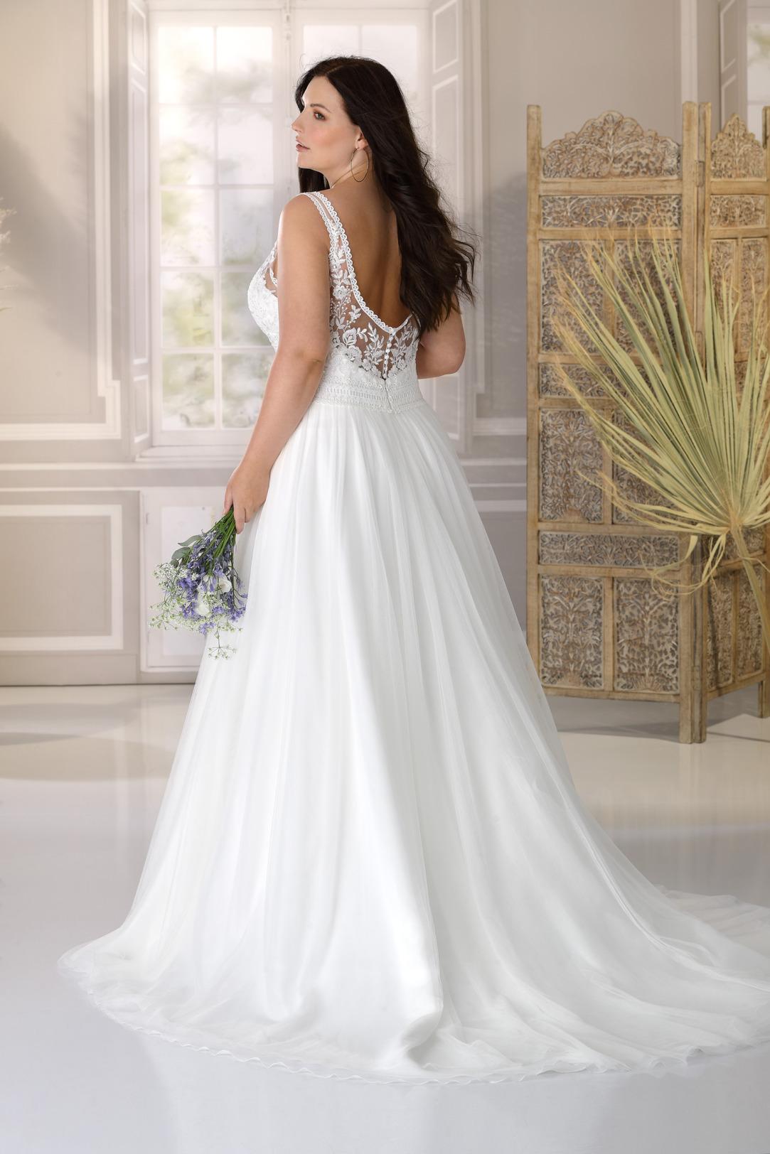 Brautkleid Hochzeitskleid A Linie für curvy grosse Grösse von Ladybird Modell LS221034 mit V Ausschnitt und breiten Trägern runder Rückenausschnitt und weich fließender Chiffonrock Ansicht Rücken