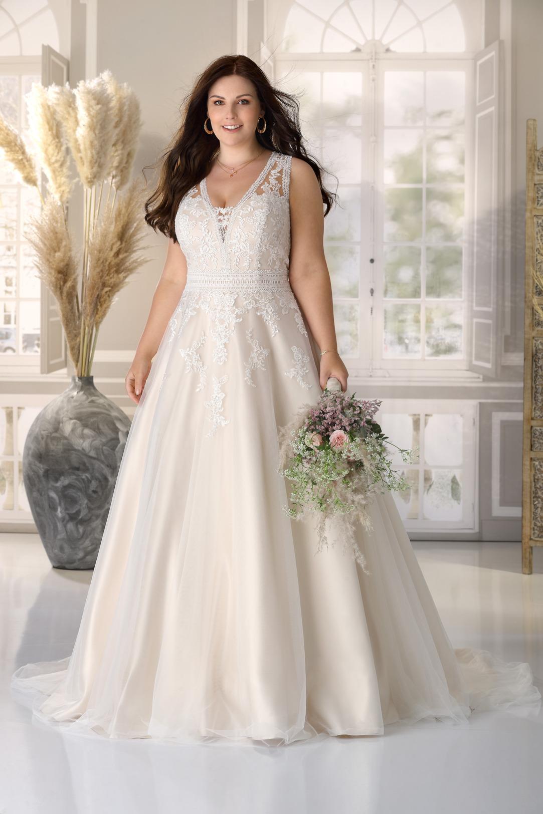 Brautkleid Hochzeitskleid in A Linie für curvy grosse Grössen von Ladybird Modell LS721004 mit V Ausschnitt und breiten Trägern Spitzen Applikationen das Kleid in der Farbe light rose gold