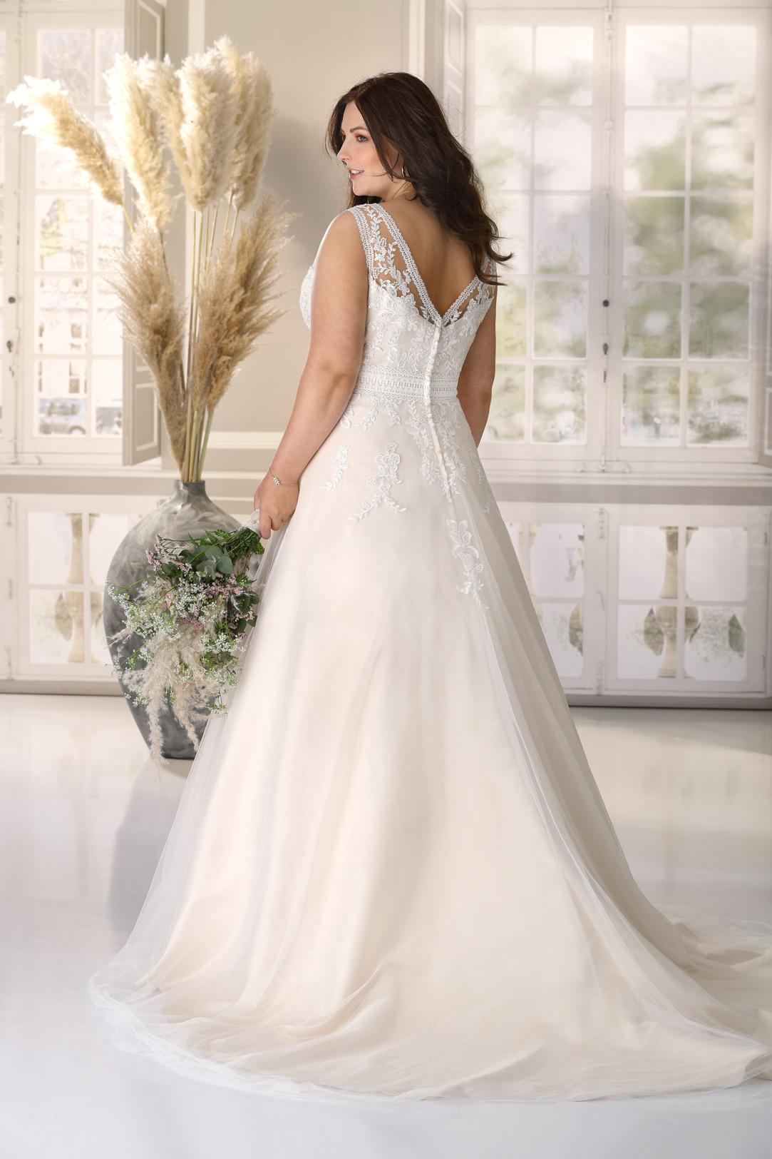 Brautkleid Hochzeitskleid in A Linie für curvy grosse Grössen von Ladybird Modell LS721004 mit V Ausschnitt und breiten Trägern Spitzen Applikationen das Kleid in der Farbe light rose gold ebenfalls V Ausschnitt am Rücken