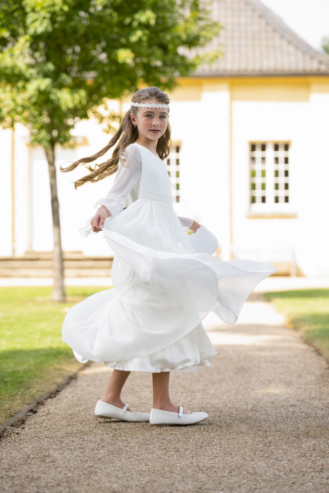 Biancorella Kommunionkleid Vintage  - Modell 520060. Top modern dieses Kleid im Vintage Look! Mit langen Ärmeln vielen süßen Details.