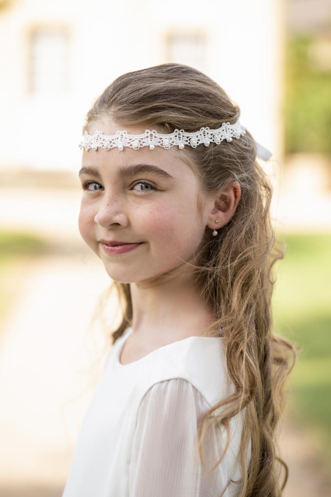 Das passende Accessoire zum Kommunionkleid: Modisches Spitzenhaarband mit kleinen Perlen verziert.