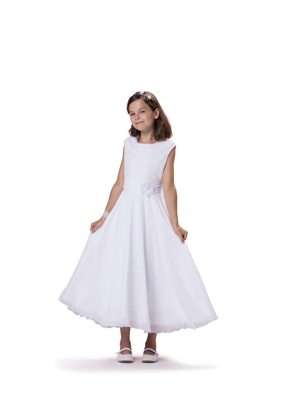 Kommunionkleid mit Spitze und Chiffon  von Biancorella - Modell 520090. Klassisches Kleid mit weitem Chiffonrock und elegantem Spitzenoberteil.