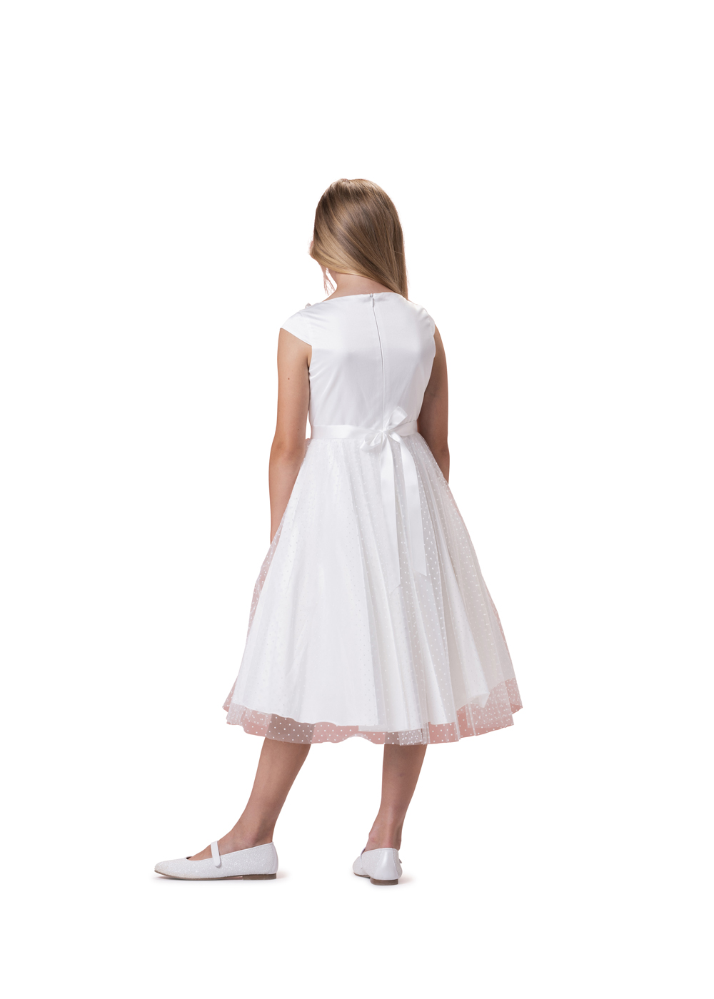 Biancorella Kommunionkleid - Modell 520110. Knielanges verspieltes Kleid mit Organzarock. Das Oberteil mit leicht angedeuteten Ärmeln. Rückenansicht.