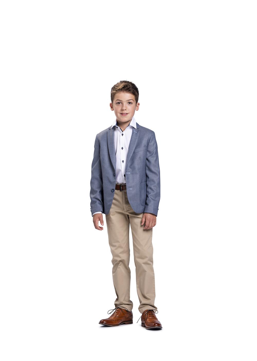 Sportlicher Kommunionanzug für Jungen von Weise Junior - Modell 7322805. Hellblaues Sakko kombiniert mit hellbeiger Jeans und weißem Hemd. Modernes Kommunion Outfit - sportlich zu kombinieren.
