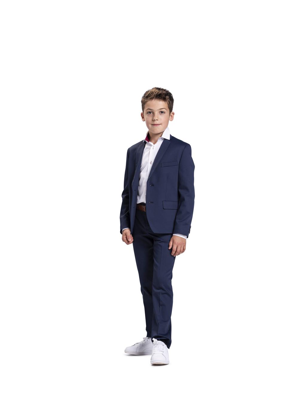 Sportlich moderner Kommunionanzug für Jungen von Weise Junior - Modell 751753. Sportlich modisch kombiniert mit weißen Turnschuhen - das sportliche Kommunion Outfit.