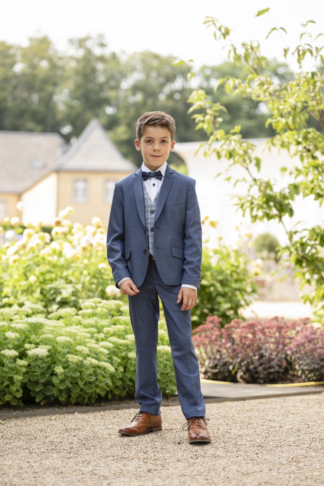 Kommunion Anzug für Jungen von Weise Junior - Modell 7517551. Der klassische Anzug in hellblau mit karrierter Weste und passender Fliege.