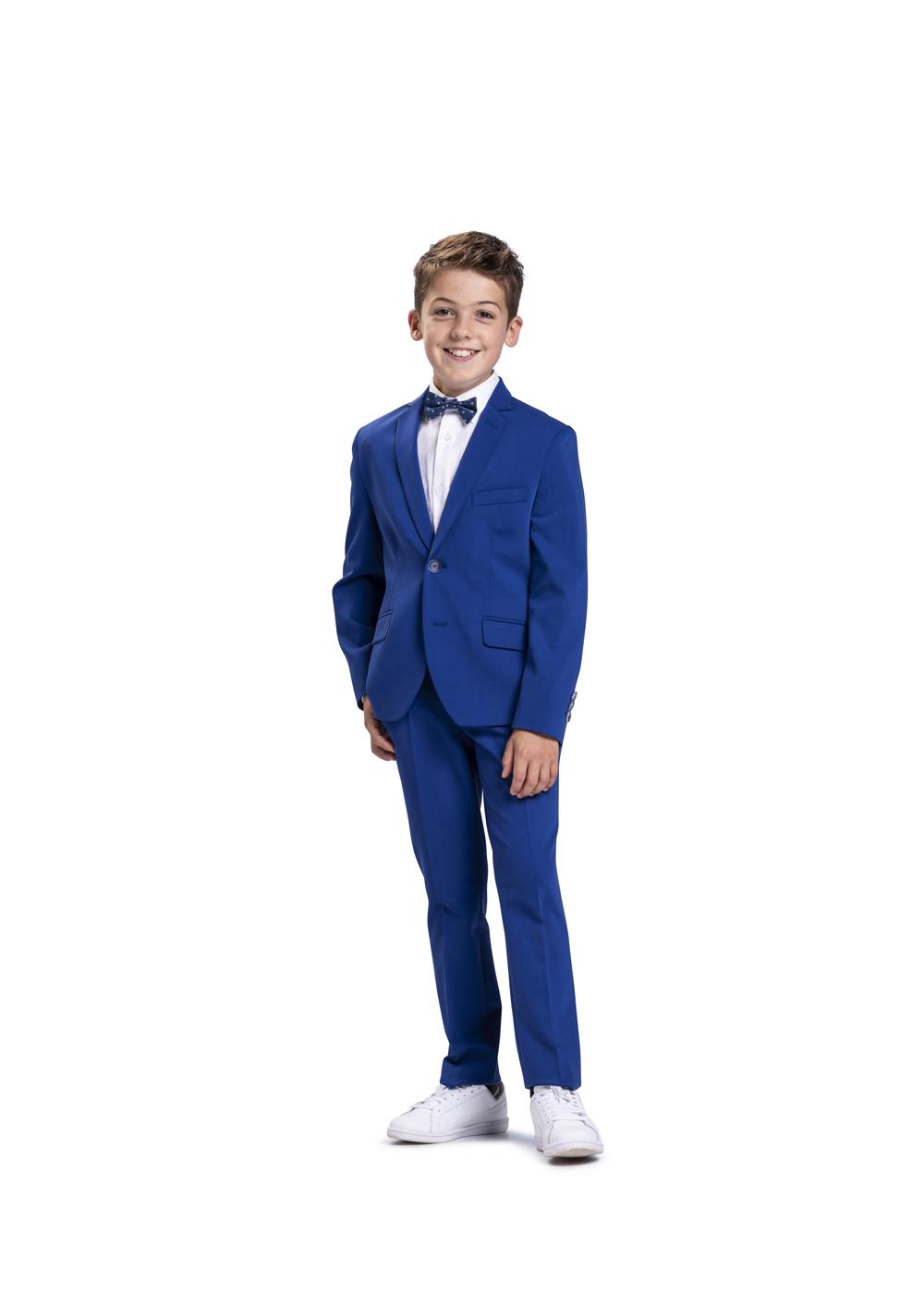 Sportliches Kommunion Outfit für Jungen von Weise Junior - Modell 7517552. Trendiger Anzug in royalblau - hier modisch kombiniert mit Turnschuhen.