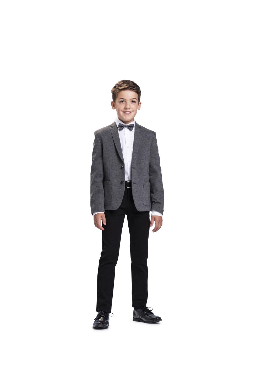 Super bequemer, moderner Kommunionanzug für Jungen von Weise Junior - Modell 7527702. Super bequemes Strechsakko in dunkelgrau kombiniert mit schwarzer Jeans und weißem Hemd und passender grauer Fliege.
