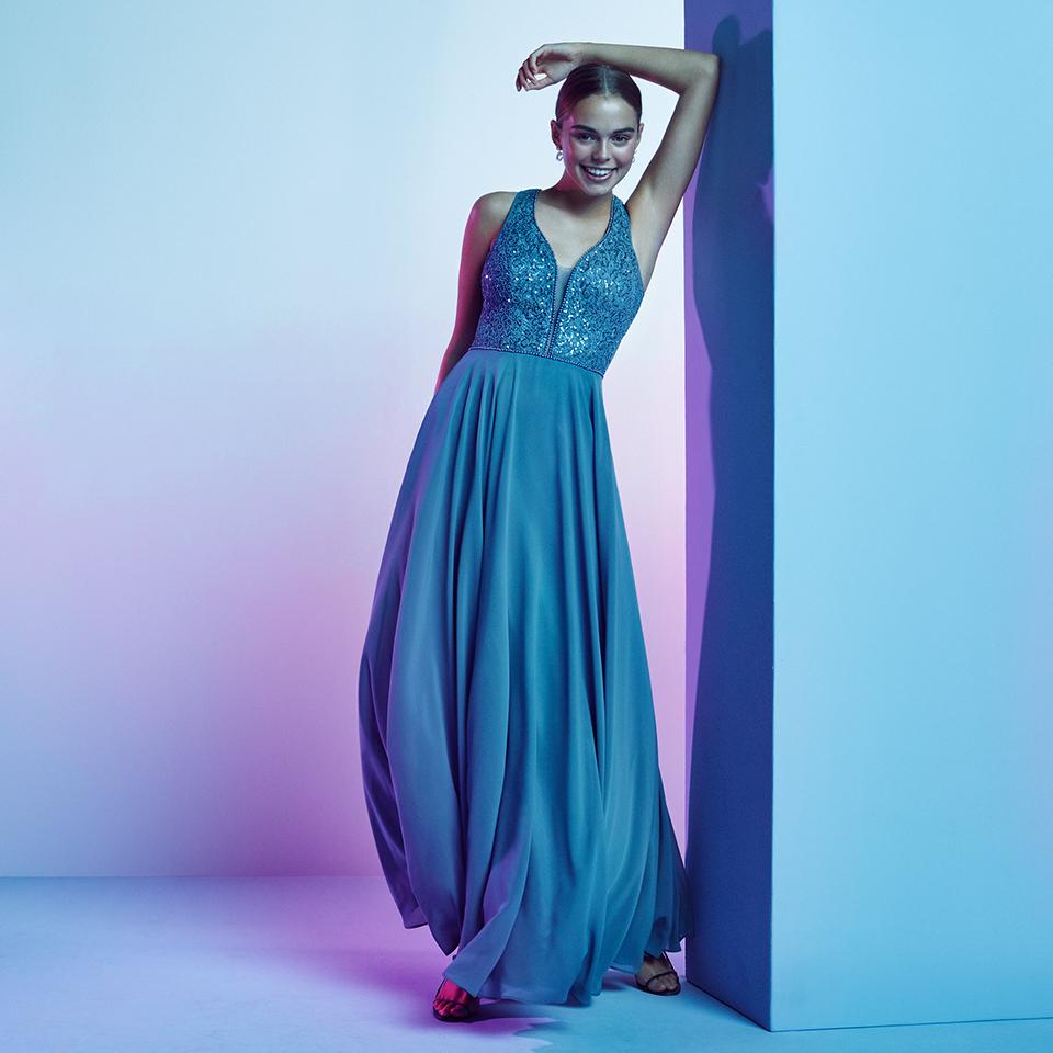 Abiball Kleid bodenlang mit Glitzeroberteil in einem wunderschönen Blau. Vm By Vera M Spring Summer 2021 Original Vm Social Media 960x960 2 V1
