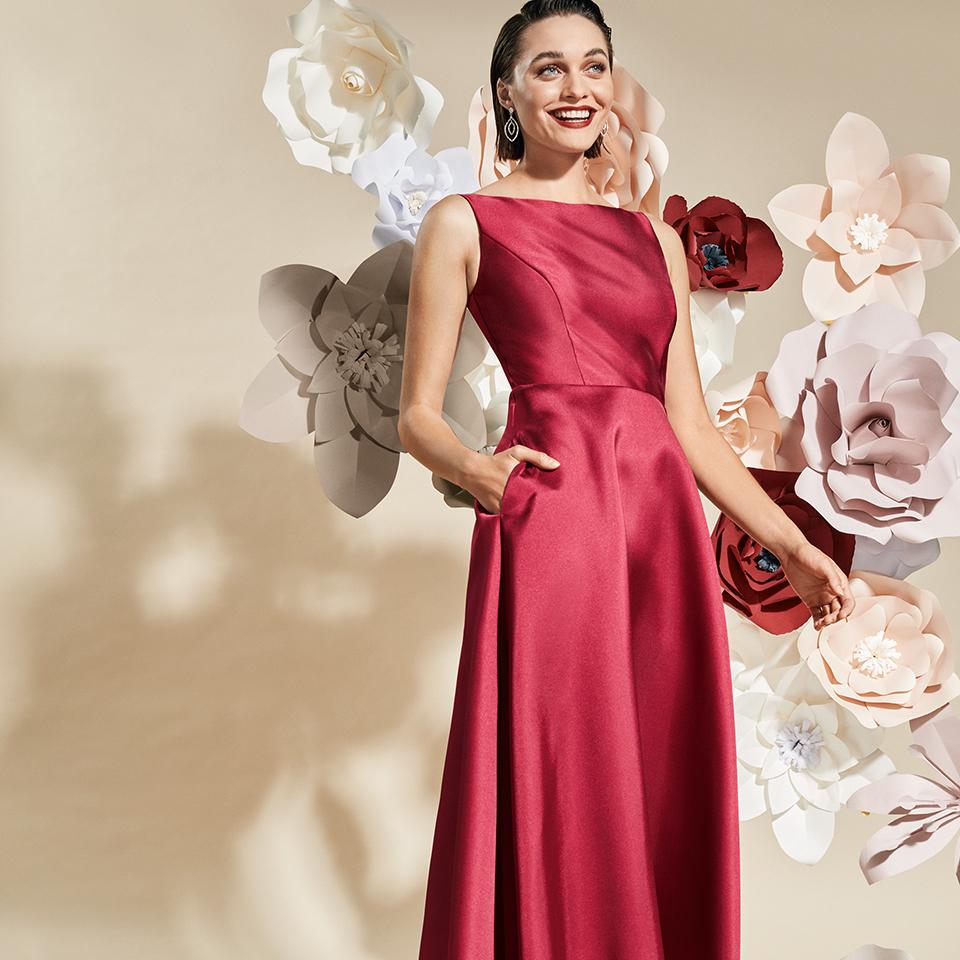 Rotes, langes Abendkleid mit Taschen von Vera Mont - Ausschnitt