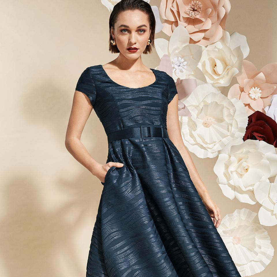 Ärmelloses Midikleid mit Taschen in dunkelblau, Cocktailkleid wie das Kleine Schwarze - Festmode Damen von Vera Mont ohne Ärmel